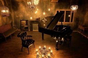 グランドピアノ、アンティークな小物が充実のスタジオです。