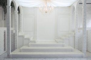 たわませた布の収束先のシャンデリアによって照らされる白宮殿。自然光も降り注ぎ複雑な陰影を生み出します。