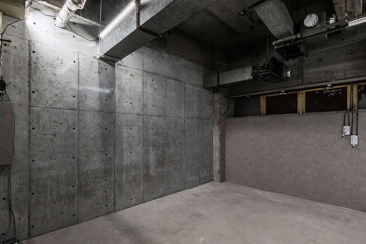 打ちっ放しコンクリート壁 天井高4M